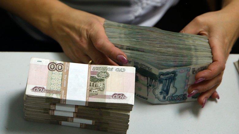 Федеральные чиновники получают всреднем по100 тыс.  руб.