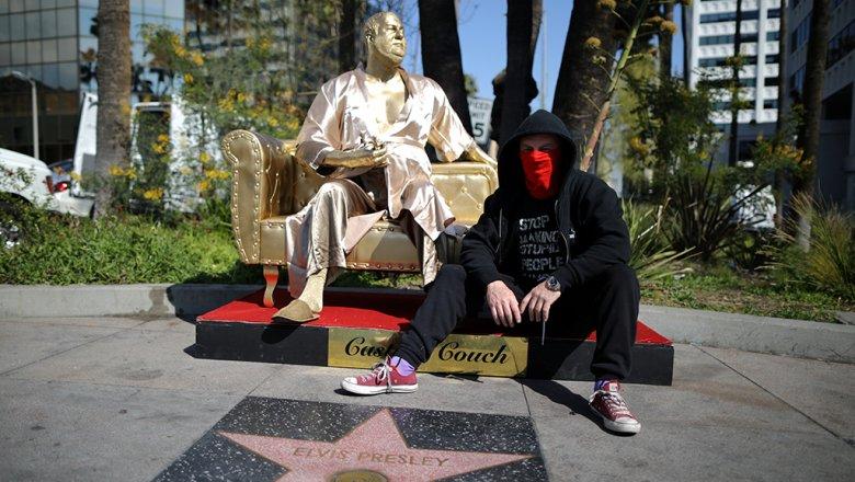 «Золотую» статую Вайнштейна установили вГолливуде