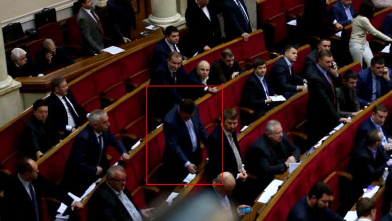 ВРаде депутат Антон Яценко проголосовал запятерых коллег
