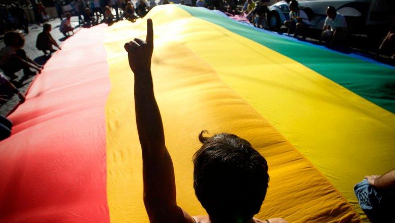 В Великобритании осужденных за гомосексуальность посмертно помиловали - Закон, известный как закон Алана Тьюринга, вступил в силу в Великобритании и посмертно снял обвинения с нескольких тысяч геев и бисексуалов, когда-то осужденных за гомосексуальность.