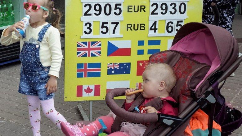 Официальный курс доллара напятницу вырос больше чем наполрубля