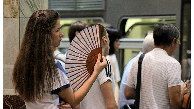 Роструд дал рекомендацию  уменьшить  рабочий день из-за сильной жары в российской столице