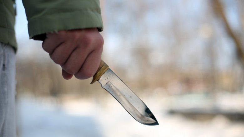 Мужчина с ножом ограбил 13-летнюю девочку недалеко от школы во Владивостоке
