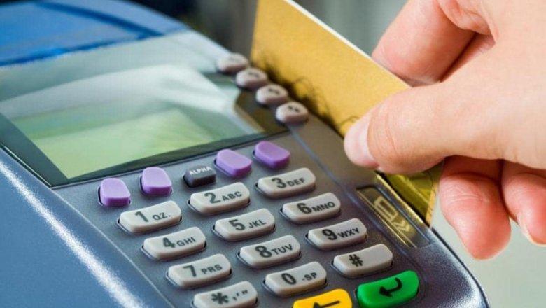 Банки предоставят налоговикам данные о расчетах казахстанцев по картам