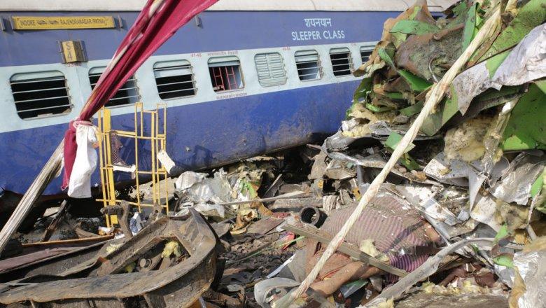 Крушение поезда вИндии случилось, когда большинство пассажиров спали
