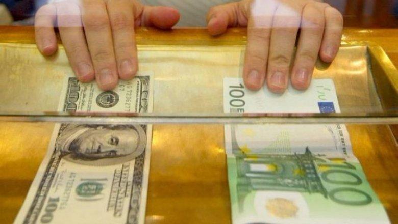 Средний курс наличного доллара летом снизился на1,6%