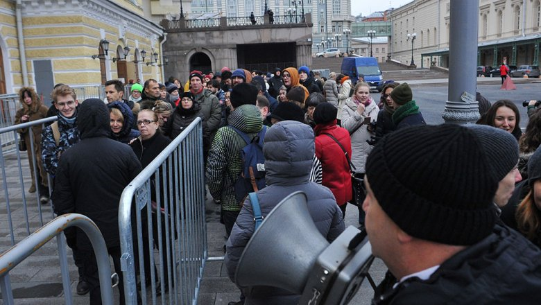 Сотни людей сночи занимали очередь забилетам набалет Серебрянникова «Нуреев»
