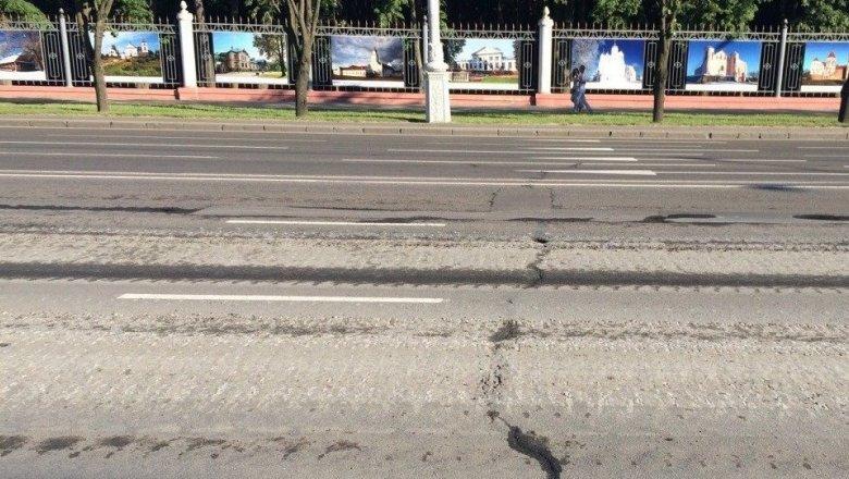 Асфальт в Минске снова повредила военная техника