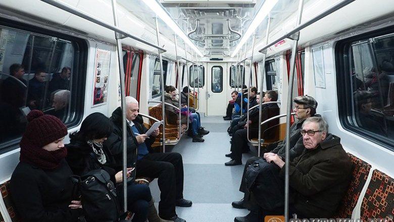 Напервой линии петербургского метро появились ярко-красные составы