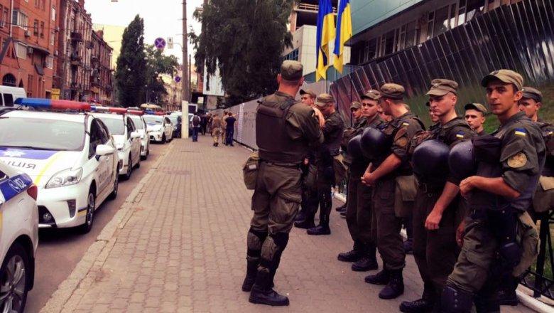 Народные избранники Рады вывели 70 репортеров «Интера» иззаблокированного телецентра вКиеве