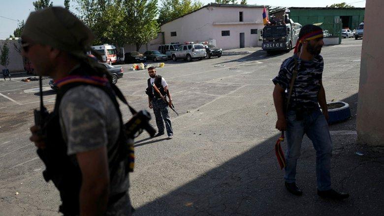 Стерритории схваченного полка ППС вЕреване раздались взрывы извуки стрельбы