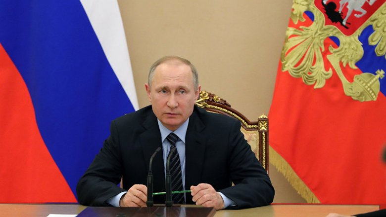 Путин пообещал обсудить права геев вЧечне с генеральным прокурором иглавой МВД