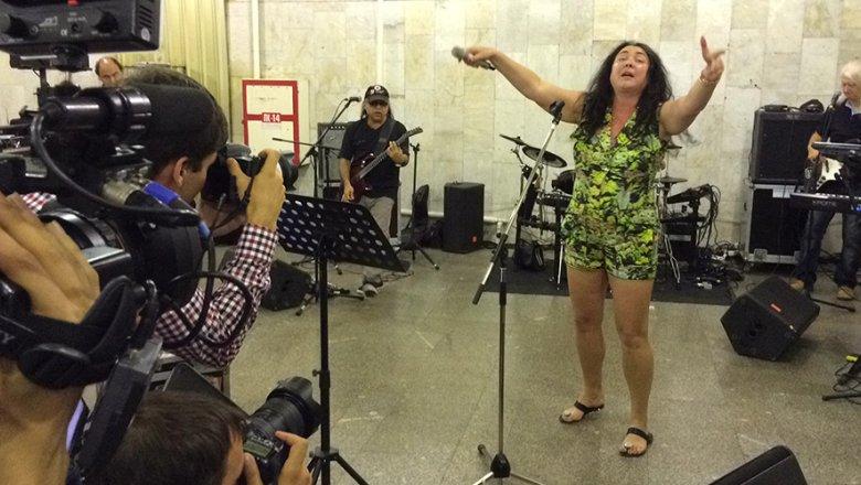 Эстрадная певица Лолита спела вметро