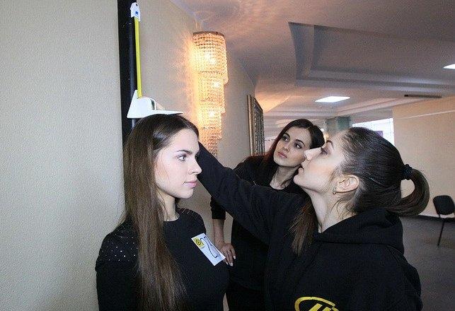 Девки перед зеркалом прихорашиваются
